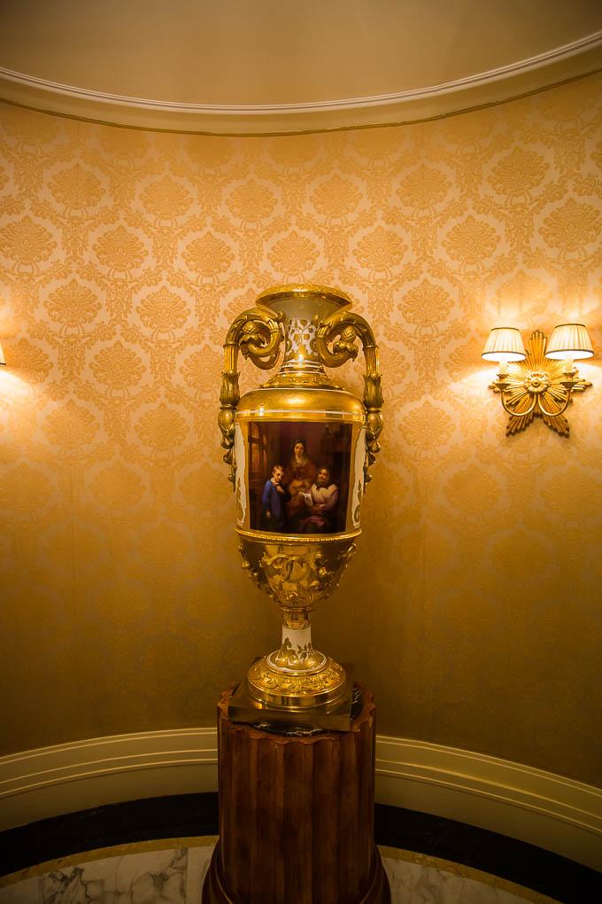 In der kleinen Vorhalle stehen sich 2 dieser kostbaren Vasen gegenüber.