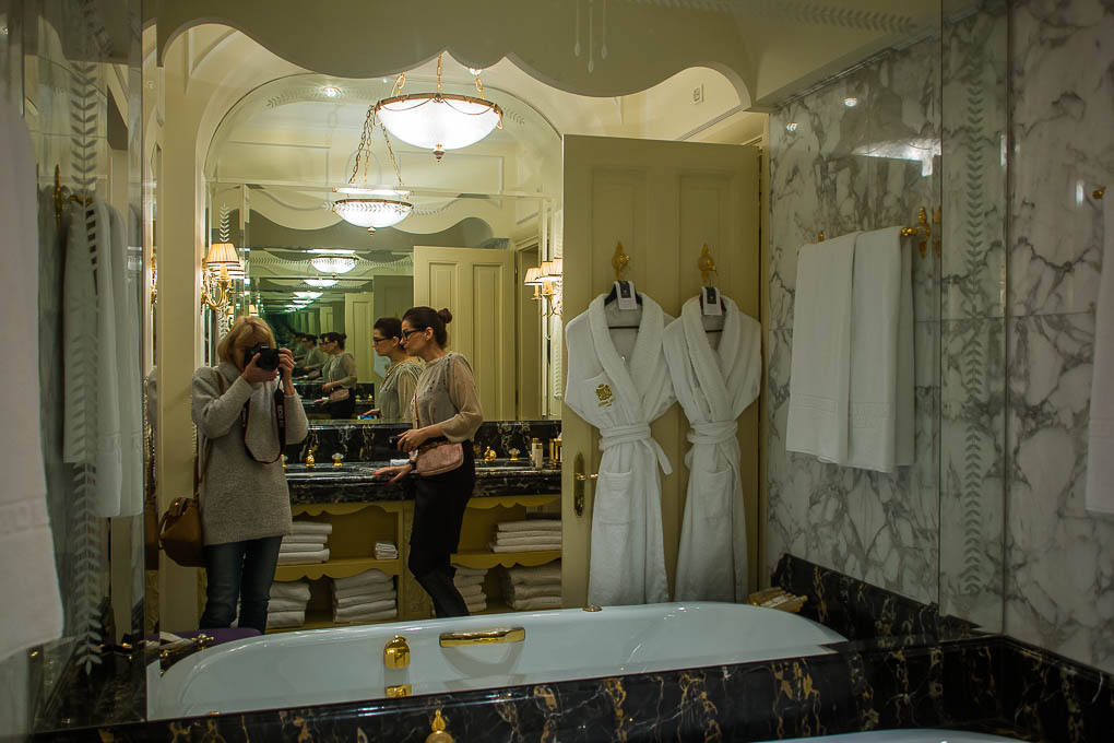 Das größere der beiden Badezimmer aus Alabaster.