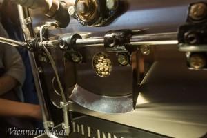 Durch ein Guckloch sieht man den aktuellen Röstgrad der Bohnen.
