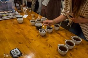 Die Zunge alleine kann nur vier Geschmacksrichtungen (Süss, sauer, salzig und bitter) unterscheiden. Erst durch die im gerösteten Kaffee über 1000 nachgewiesenen Aromastoffe entsteht der einzigartige Geschmack der Kaffeetasse von der Nase angefangen bis hin zum Abgang.