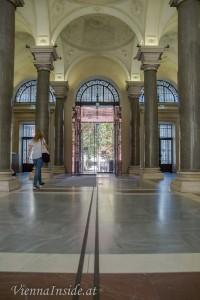 Betritt man das, von Heinrich Ferstel konzipierte Gebäude, welches 1873–1884 erbaut wurde,über den Haupteingang, dann gelangt man in eine große Halle.