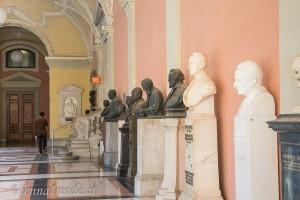 1885 legte der Akademische Senat fest, dass verdiente Professoren postum mit einem Denkmal im Arkadenhof geehrt werden können, und zwar frühestens fünf Jahre nach deren Tod (diese Frist wurde mittlerweile auf 15 Jahre erhöht).