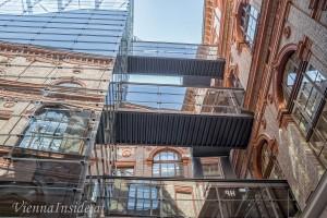Durch einen weiteren Hof gelangten wir zu einer eindrucksvollen Stahlglaskonstruktion, die einen Panoramalift und ein Stiegenhaus beherbergt.