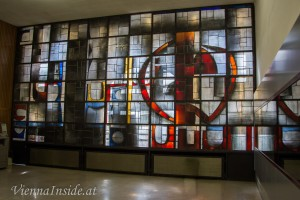 Vorbei an einem beieindruckenden Glasfenster gelangt man in die Universitätsbibliothek mit ihrem großen Lesesaal.