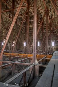 Eine große Stahlkonstruktion hält das Dach der großen Kuppel.