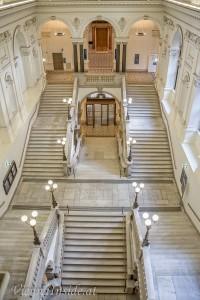 Über die nordseitig gelegene, prunkvolle 'Festtreppe' gelangt man einerseits zu den Repräsentationsräumen, zum Rektorat, zum Senatssaal, zum Großen Festsaal, aber auch zum ehemaligen 'Philosophischen Dekanat'. Aus diesem Grunde hat sich für diese monumentale Treppe die Bezeichnung 'Philosophenstiege' eingebürgert.