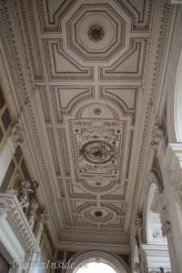 Hinter dem Rednerpult führt eine Tür auf den Balkon. Hier sieht man die beindruckenden Deckenfresken.