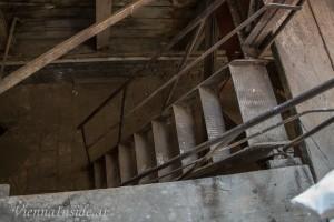 Über schmale Treppen geht es ganz nach oben.