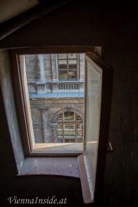 Auf dem Weg hinunter, ein Blick durch eines der schmalen Gangfenster.