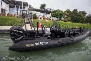SPIDER ROCK – Sillinger Schnellboot 300 PS.  Dieser kleine Flitzer schafft ca. 40 Knoten (ca. 75 km/h).