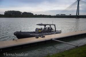 Dieses Boot schafft Spitzengeschwindigkeit von bis zu 120 km / h und wird normalerweise von der amerikanischen Navy Seals verwendet.