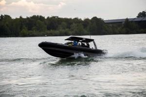 In den Kurven ist das Boot fast komplett aus dem Wasser und fliegt nur so über die Wellen.
