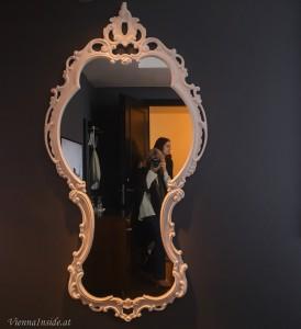 Weiß auf Antrazith findet sich auch im großen Spiegel wieder.