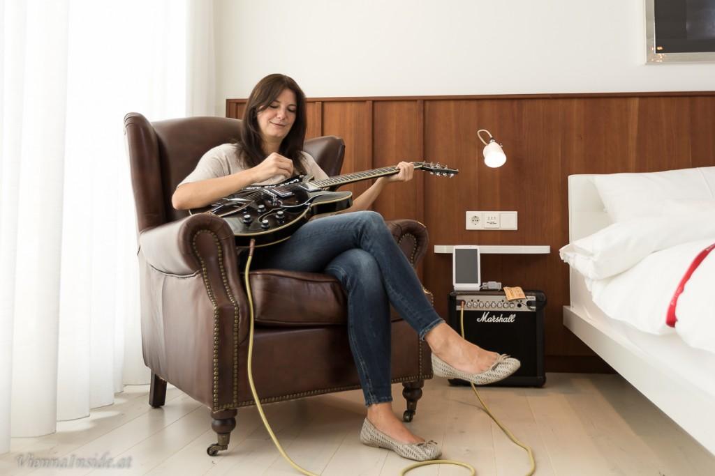 Und da ist sie wieder, die coole Gitarre. Einfach einstöpseln und losröhren. Dieses Marshall-Amp -Soundsystem und das Tablet stehen in jedem Zimmer. Natürlich könnt ihr auch euer Smartphone anhängen und Musik aus der Konserve genießen.