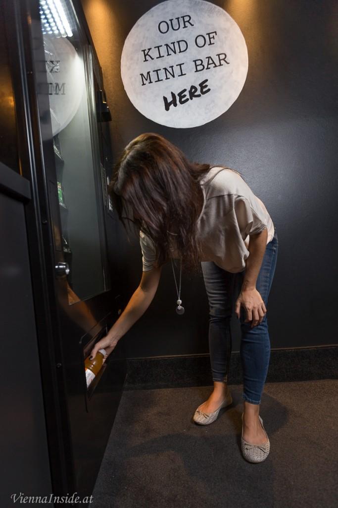 Quasi die Minibar, aber der Automat spuckt neben Snacks und Getränken auch Hausschuhe, Regenschirme und andere nützliche Dinge aus.