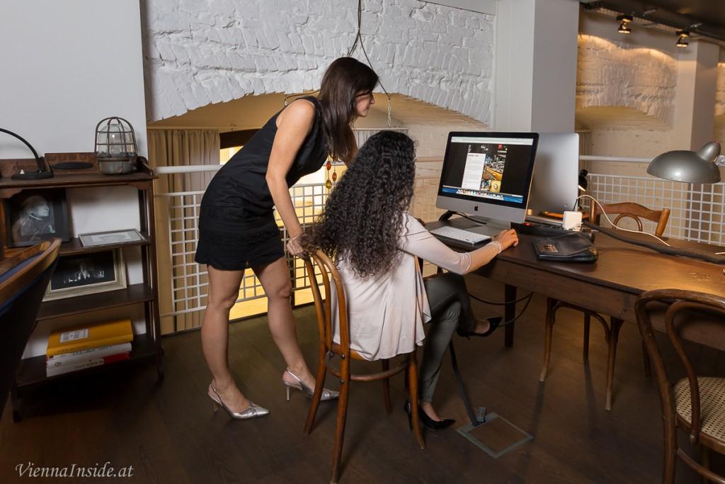 In der  Library stehen iMac's für die Gäste bereit, so können die Mädels in Ruhe gustieren.