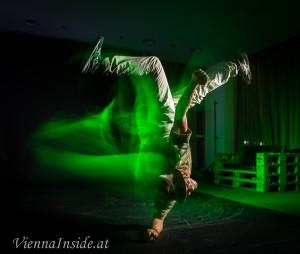 Das grüne Licht unterstreicht die Dynamik.