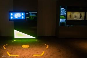 Am Boden finden sich auch sonderbare Zeichen - sie zeigen die interaktive Tour mit dem - ebenfalls erhaltenen Audioguide an.