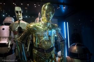 Anthony Daniels schlüpfte in das Kostüm des C-3PO, in dem er sich Anfangs so schwer bewegen konnte, dass ihm am Set ein Brett zum anlehnen aufgestellt wurde.