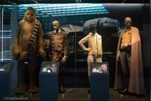 Von links nach rechts die Kostüme von Chewbacca, Han Solo, Prinzessin Leia Organa und Lando Calrissian.