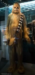 Chewbacca (Spitzname Chewie) war der 2,28 m große Copilot und Freund von Han Solo.Er wird in allen Filmen von Peter Mayhew dargestellt.