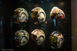 Die Piloten-Helme der Rebellen. Unter diesen Helmen schwitzen die Darsteller so sehr, dass das Make-Up verwischte. Um das zu verbergen wurden die Visiere gelb eingefärbt.