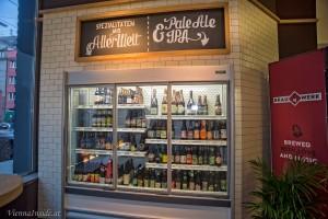 In 2 Vitrinen werden abwechselnd verschiedene Craft Biere aus dem umfangreichen Sortiment aus Österreich und aller Welt angeboten.