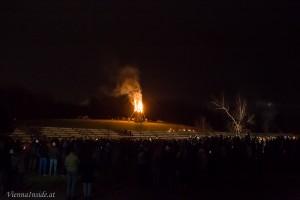 An der Spitze des Turms wurde die Funkenhexe angebracht, die sich mit einem lauten Knall in die Flammen verabschiedete.