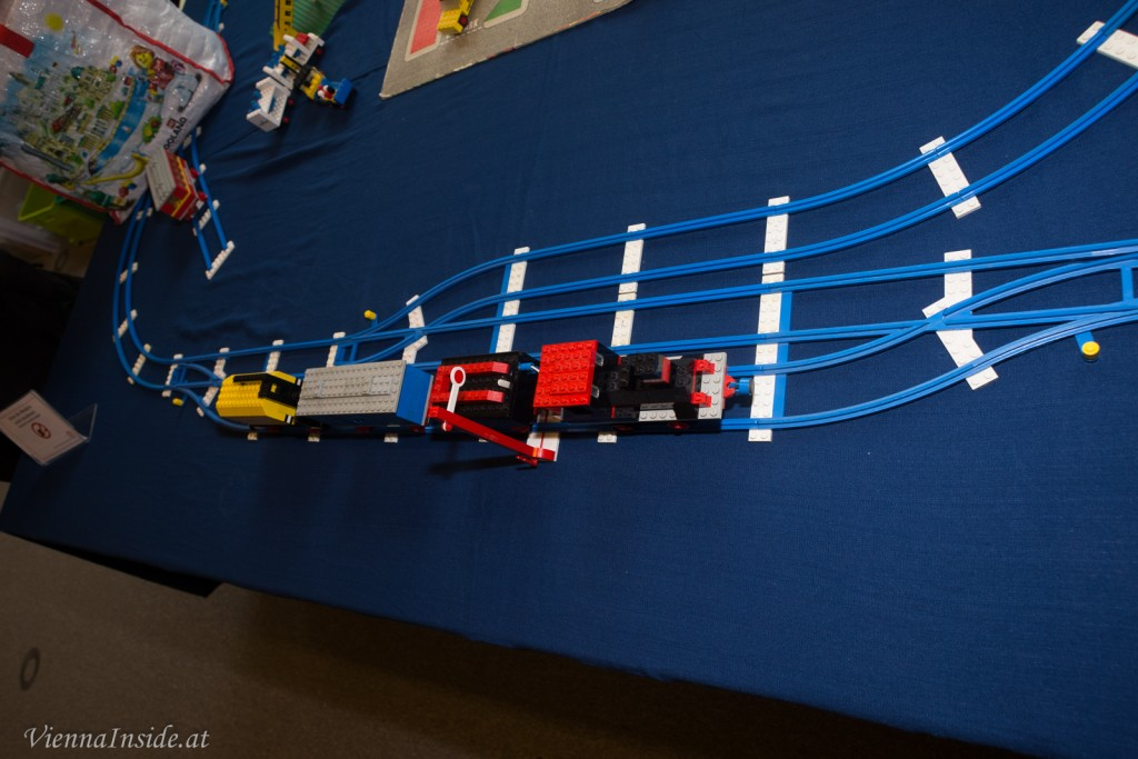 Auf blauen Schienen schnaufte damals die Lego Classic Eisenbahn.