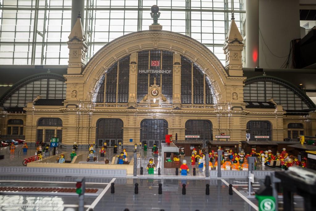 Modell des Frankfurter Hauptbahnhofs - geschaffen aus 1,6 Mio. LEGO® Steinen von Rainer Brendler. Als Vorlage dienten ihm lediglich Fotos, denn einen Bauplan wollte die Bahn nicht herausrücken.