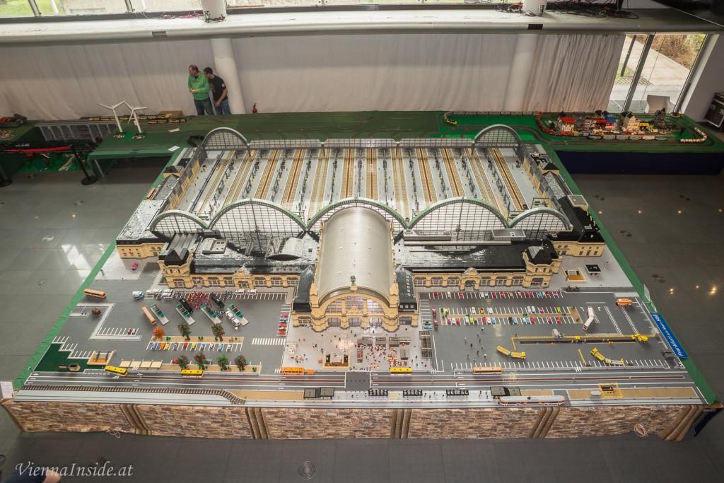 In einem zweiten Bauabschnitt von Dezember 2006 bis März 2008 folgten dann die Seitengebäude und Gleishallen und für den dritten Bauabschnitt, der die Gleishallenrückseite und den Vorplatz umfasste, benötigte der privat Lego-Modellbauer nochmals bis Juni 2009.