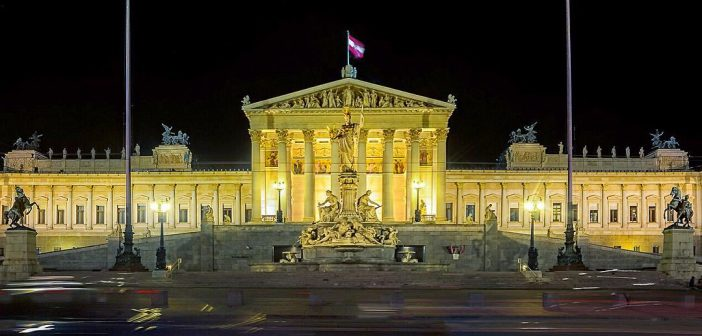 Eine Ringrunde bei Nacht ist in Wien einzigartig  Bis 1863 gab es in Wien kein Parlamentsgebäude das Provisorium wurde Schmerlingtheater genannt und das neue Parlamentsgebäude wurde als erstes Gebäude in Wien nach der Meter Maßeinheit geplant und gebaut  #igersparlament #parlament #instawirtschaft #ViennaInside