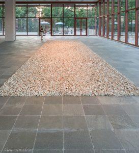Spouts. Diese Installation setzt sich aus tausenden abgebrochenen Schnäbeln von antiken Teekannen zusammen, die auf dem Boden wie ein Teppich ausgebreitet sind.