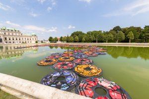 das aktuelle Flüchtlingsthema greift Ai Weiwei mit F Lotus auf, einer Installation aus 1.005 gebrauchten Schwimmwesten.