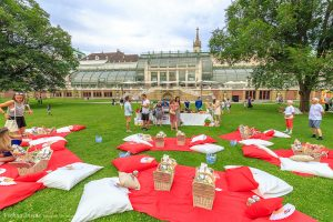 Eine gemütliche MARTINI Lounge mit Decken, Polstern, Picknickkörben sowie einer stylishen MARTINI Bar sorgten einen Nachmittag lang für italienischen Charme und Lebensfreude im Herzen Wiens.