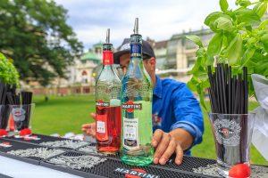 Professionelle Barkeeper von der Wiener Cocktailbar Botanical Garden verwöhnten uns mit erfrischendem MARTINI e Tonic, der sich diesen Sommer in zwei Geschmacksvariationen, Bianco und Rosato, präsentiert.