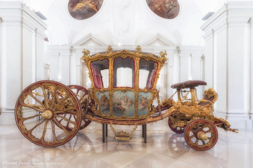 Dieser prunkvolle Wagen wurde 1738 von Fürst Joseph Wenzel I. von Liechtenstein für seinen offiziellen Einzug als Botschafter Kaiser Karls VI. in Paris (und Versailles) im Dezember desselben Jahres bei dem berühmten französischen Konstrukteur Nicolas Pineau beauftragt.