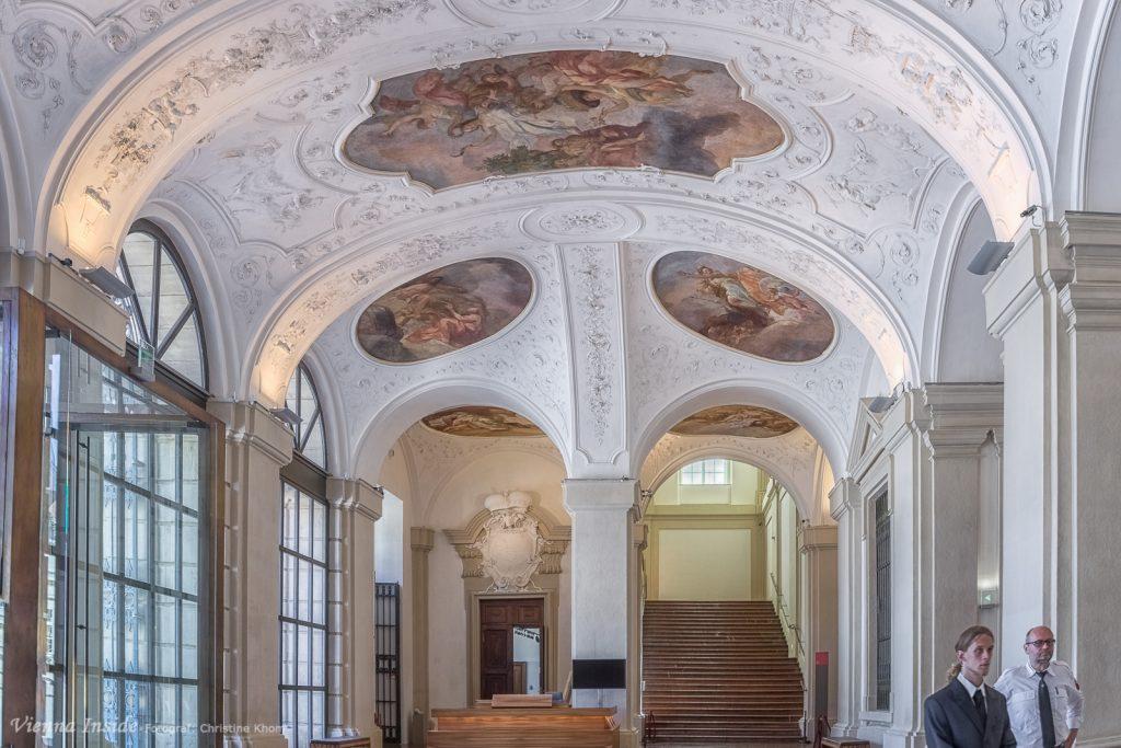 """Im hellen Entrée des Gartenpalais Liechtenstein, der  """"Sala Terrena""""  sticht sofort die wunderschöne Deckenbemalung  von Johann Michael Rottmayr  ins Auge."""