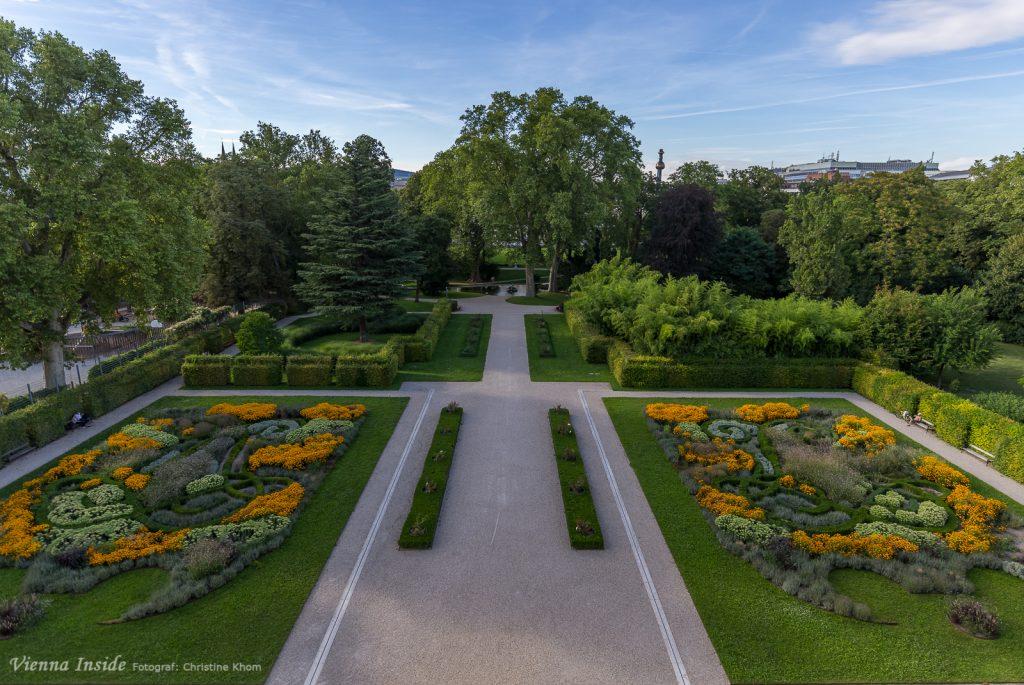 Diesen Blick in den herrlichen Garten, erhält man nur von ganz oben