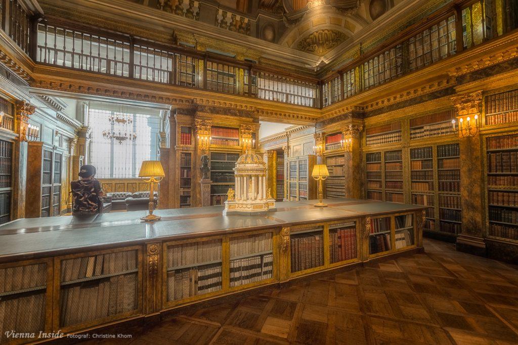 Ich konnte mich gar nicht sattsehen an dieser einmaligen Bibliothek mit ihrer klassizistische Möblage.