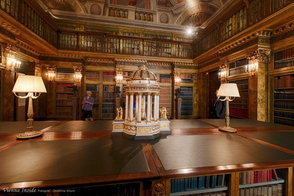 Jetzt wird es magisch!  Die wunderbare fürstliche Bibliothek beherbergt viele Schätze. Unter anderem eine Empire-Uhr von Johann Caspar Hartmann aus dem Jahr 1795. Sie hat die Form eines Rundtempels und besteht aus weißem Marmor, Granit, Lapislazuli und vergoldeter Bronze.