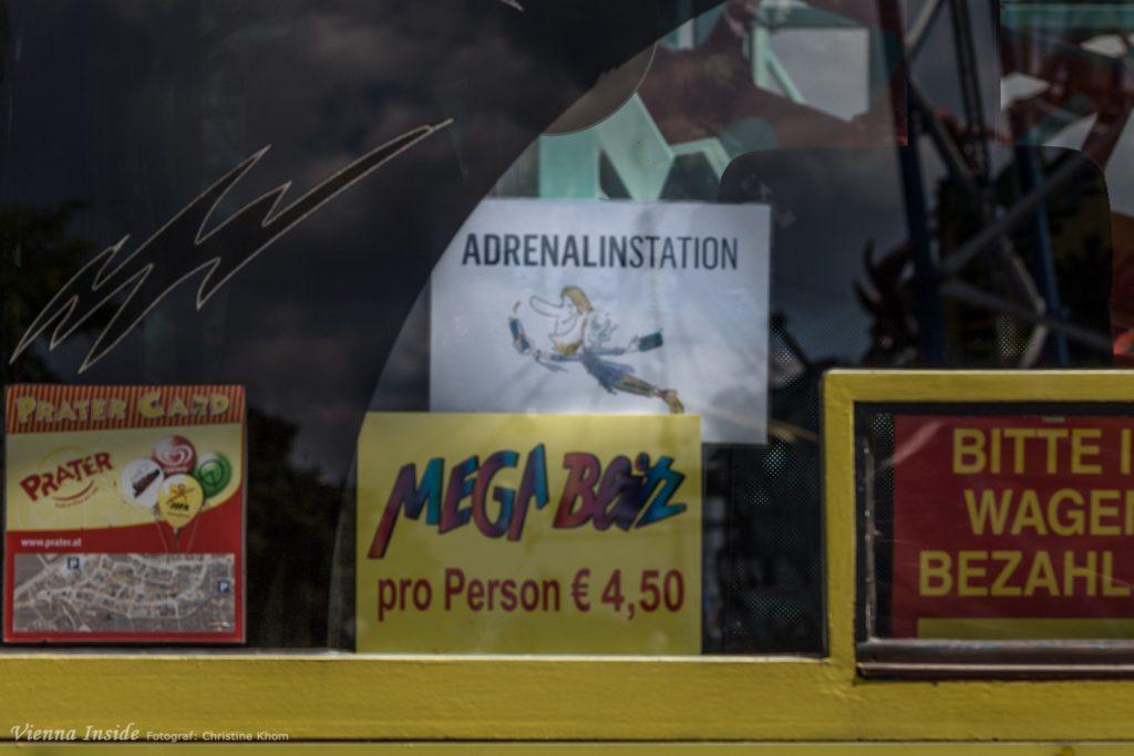 An diesem Schild erkennt ihr alle Fahrgeschäfte, die die Adrenalinkarte akzeptieren.