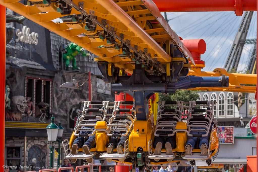 Auf einer Strecke von 420 Meter Länge und 23 Meter Höhe düsen die Fahrgäste mit dem Kopf voran und auf dem Bauch liegend die gesamte Strecke entlang und erleben so das kribbelnde Gefühl des Fliegens.