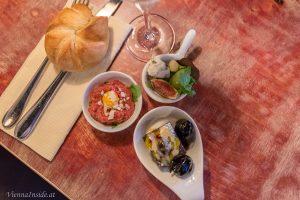 Hier seht ihr das Wagyu Beef Tartar mit Kefir, Limetten, Oliven, Parmesan und Rucola;