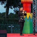 Hier spielt ein Künstler auf der Suona einem traditionellen chinesischen Holzblasinstrument, das an die westliche Oboe erinnert.