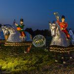 8 Reiter aus verschiedenen westlichen Kulturen stehen Spalier und begrüßen mit ihren Instrumenten die Besucher.