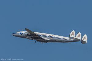 Die Lockheed Super Constellation (Spitzname Super Connie) ist ein viermotoriges Verkehrsflugzeug, das nach Spezifikationen des Milliardärs und Luftfahrtpioniers Howard Hughes konstruiert wurde.