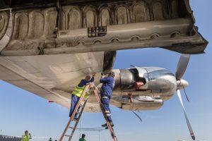 Zwischen den Flügen wird ständig kontrolliert und bei Bedarf auch gleich repariert.