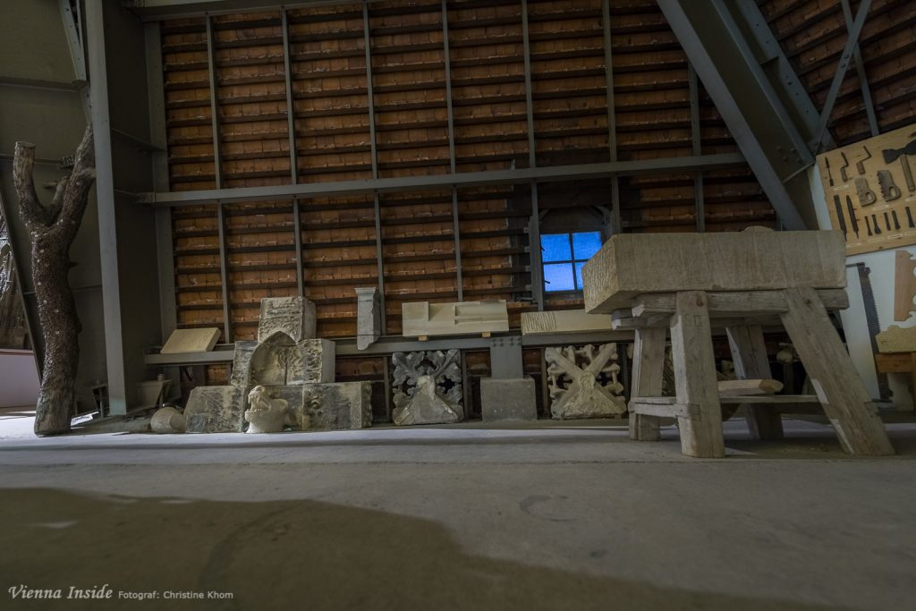 Wie die Aussenteile restauriert werden sieht man in diesem Eck. Aus dem Sandsteinblock entstehen wunderschöne Ornamente und Figuren.