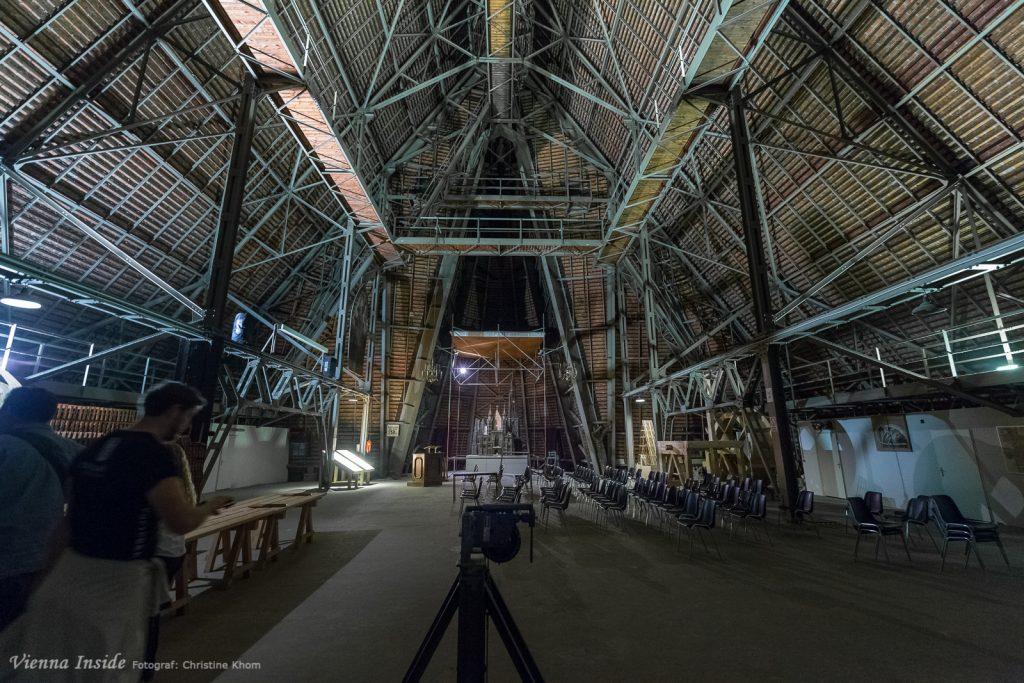 Einfach beeindruckend, über uns erhebt sich das Dach mit einer Länge von 110 Meter. Es ist mit rund 230.000 Dachziegeln bedeckt.